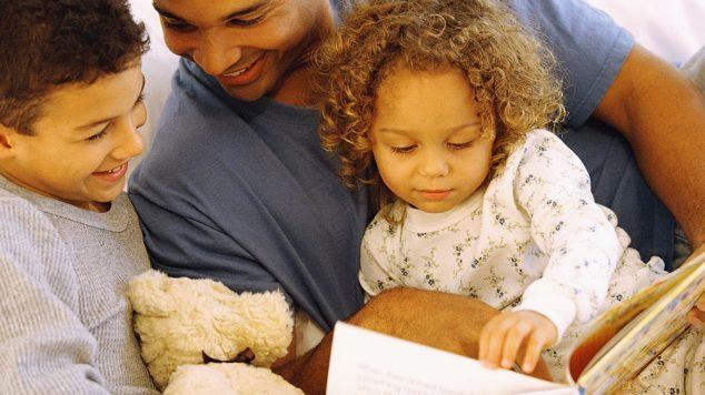 dad reading to kids